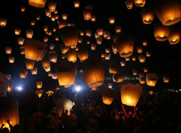 People release sky lanterns to celebrate the traditional Chinese Sky Lantern Festival in Pingsi, Taipei County, February 7, 2009. Believers from Taiwan, Japan and Thailand gathered on Saturday to release sky lanterns as a form of prayer for good luck