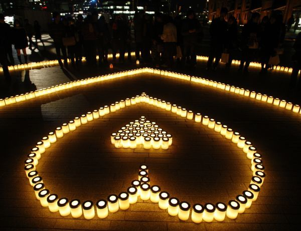 Candles are placed to form the shape of a heart at a promotional event for Valentine's Day at Yokohama Red Brick Warehouse in Yokohama, south of Tokyo February 14, 2008. About 1,000 candles were used in this event. REUTERS/Kim Kyung-Hoon (JAPAN)