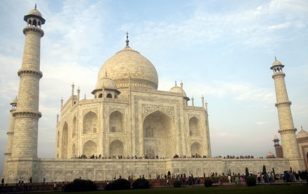 Tourists visit the historic Taj Mahal in the northern Indian city of Agra December 19, 2008. REUTERS/Jayanta Dey (INDIA)