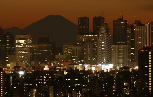 Japan's highest mountain, Mt. Fuji, is seen through skyscrapers in Tokyo December 28, 2008. REUTERS/Yuriko Nakao (JAPAN)