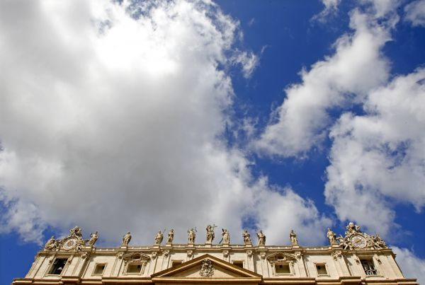 A general view of the Saint Peter's Basilica during the Pope Benedict XVI general audience in Saint Peter's Square at the Vatican April 29, 2009. REUTERS/Max Rossi (VATICAN RELIGION)