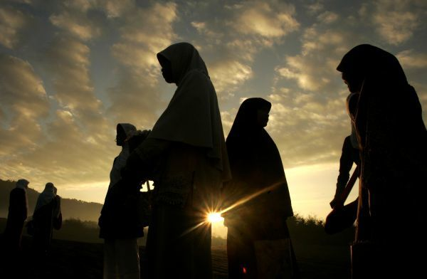 Indonesian Muslim women prepare to attend prayers marking the end of the fasting month of Ramadan at Parangkusumo beach outside Yogyakarta, Central Java September 20, 2009