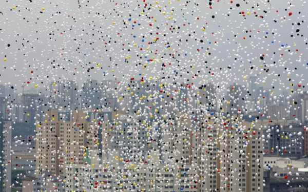 Balloons fly across the sky of Sao Paulo during year-end celebrations December 30, 2009. REUTERS/Paulo Whitaker (BRAZIL - Tags: SOCIETY ANNIVERSARY)