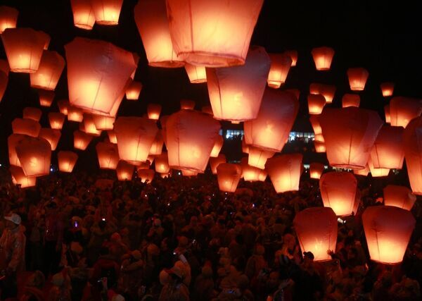 People release sky lanterns to celebrate the traditional Chinese Lantern Festival in Pingxi, Taipei County February 12, 2011
