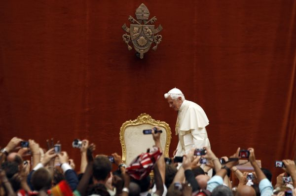 Pope Benedict XVI arrives to lead the weekly general audience at his summer residence of Castel Gandolfo, in southern Rome, August 17, 2011. REUTERS/Alessandro Bianchi (ITALY - Tags: RELIGION SOCIETY)