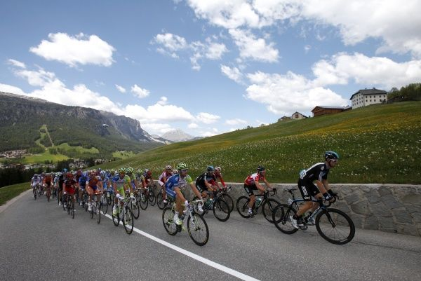 The pack of riders climb during the 186km (115 miles) 17th stage of the Giro d'Italia from Falzes to Cortina d'Ampezzo May 23, 2012.  REUTERS/Alessandro Garofalo (ITALY - Tags: SPORT CYCLING)