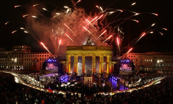 Fireworks illuminate the Brandenburg Gate in Berlin November 9, 2009, during celebrations to mark the 20th anniversary of the fall of the Berlin Wall. REUTERS/Wolfgang Rattay (GERMANY) FOR BEST QUALITY IMAGE: ALSO SEE GM1E5BB1JAH01