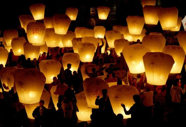 Taiwanese release sky lanterns to celebrate the traditional Chinese Lantern Festival on the first full moon of the Lunar New Year in Taipei on February 5, 2004. The lanterns are released in the believe that it will bring good luck and blessings