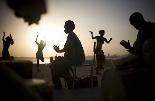 Drummers and dancers rehearse by the ocean on Goree Island off Senegal's capital Dakar, November 3, 2008. REUTERS/ Finbarr O'Reilly (SENEGAL) BEST QUALITY AVAILABLE