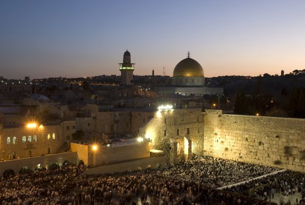 "Dawn begins over the Western Wall and the Dome of the Rock in the Old City of Jerusalem April 8, 2009. Tens of thousands of Jewish worshippers participated in the ""Blessing of the Sun"" (Birchat HaChamah) prayer, performed once every 28 years"