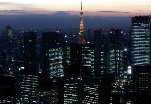 A night view shows Japan's highest Mt. Fuji seen beyond Tokyo Tower and the Shiodome district in Tokyo November 24, 2006. REUTERS/Toru Hanai (JAPAN)