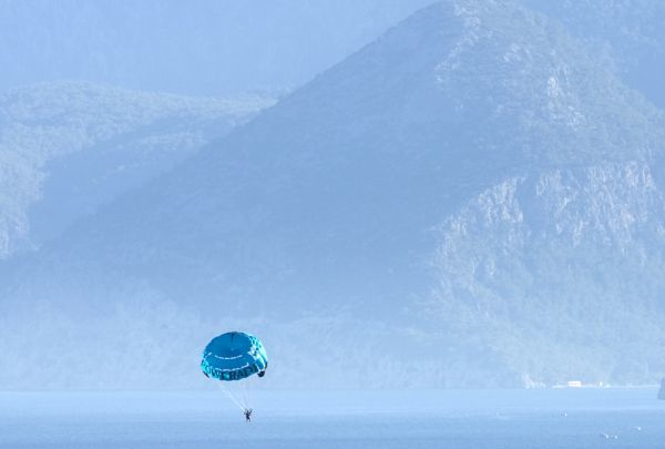 A tourist parasails over the Mediterranean sea near the coast in the city of Antalya July 7, 2007. REUTERS/Fatih Saribas (TURKEY)