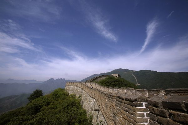 Tourists walk along the Mutianyu section of the Great Wall in Huairou District, Beijing, August 28, 2007. REUTERS/Deurbon Chow (CHINA)