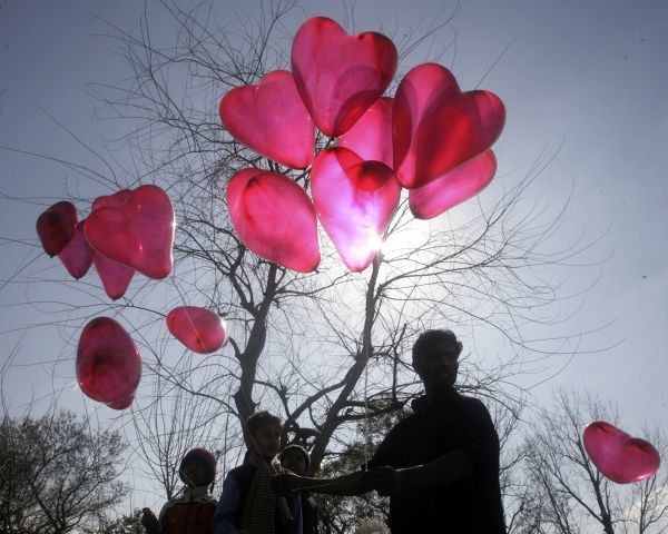 A man sells heart shaped balloons on Valentine's Day in Islamabad February 14, 2009. REUTERS/Faisal Mahmood (PAKISTAN)