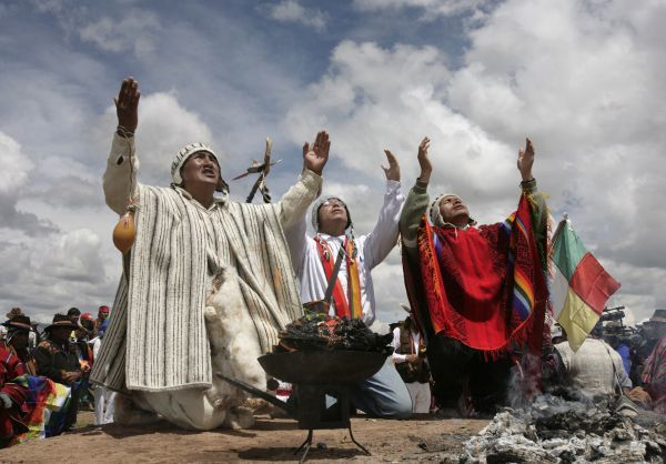 Peruvian shamans give offerings during a ceremony in Tiahuanaco, some 70 km (43 miles) north of La Paz, March 18, 2009