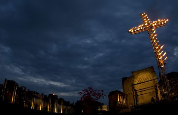 A cross overlooks the Saint Francesca Romana Basilica before the start of the Via Crucis led by Pope Benedict XVI in Rome April 10, 2009. REUTERS/Max Rossi (ITALY RELIGION SOCIETY IMAGE OF THE DAY TOP PICTURE)