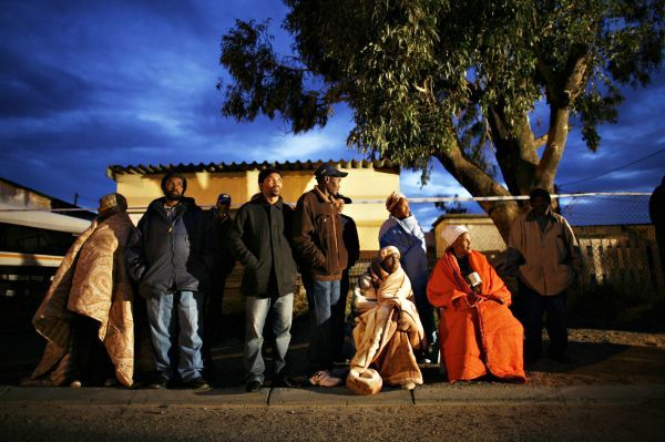 South Africans wait for a polling station to open in Cape Town's Khayelitsha township, April 22, 2009