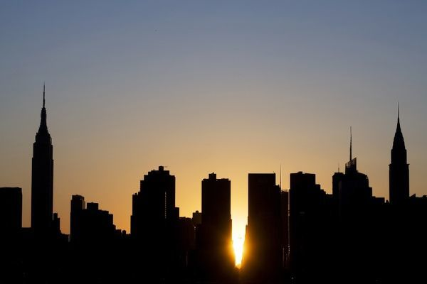 "The sun sets over Manhattan aligned exactly with the streets in a phenomenon known as ""Manhattanhenge"", in New York May 31, 2009. REUTERS/Lucas Jackson (UNITED STATES CITYSCAPE IMAGES OF THE DAY)"