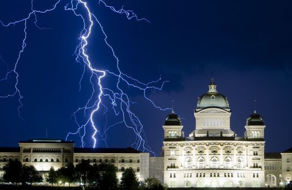 Lightning illuminates the sky during a thunderstorm over the Swiss Federal Palace in Bern July 17, 2009. REUTERS/Michael Buholzer (SWITZERLAND ENVIRONMENT SOCIETY)