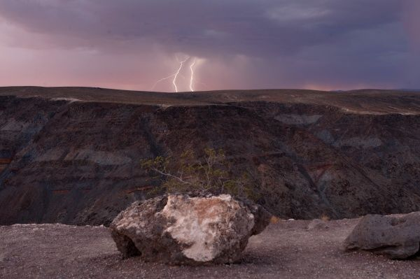 Lightning strikes near a ridge as a storm passes though Death Valley National Park in California just after sunset July 21, 2009. REUTERS/Steve Marcus (UNITED STATES ENVIRONMENT)