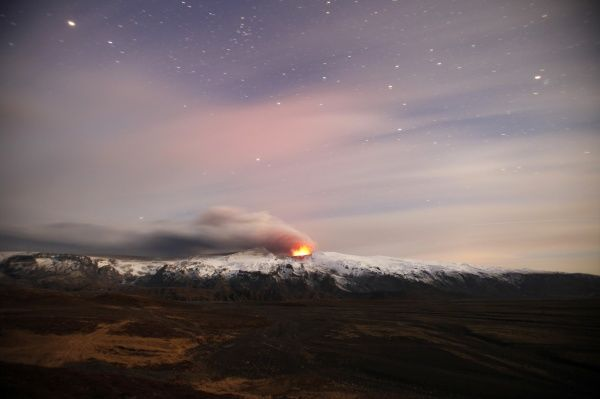 A volcano erupts near Eyjafjallajokull April 19, 2010. Flights from large parts of Europe are set to resume on Tuesday under a deal agreed by the European Union to free up airspace closed by a cloud of ash hurled into the sky by the Icelandic volcano