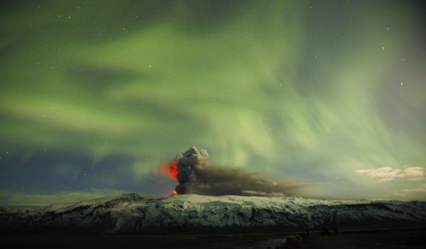 The Northern Lights are seen above the ash plume of Iceland's Eyjafjallajokull volcano in the evening April 22, 2010. REUTERS/Lucas Jackson (ICELAND - Tags: DISASTER ENVIRONMENT)