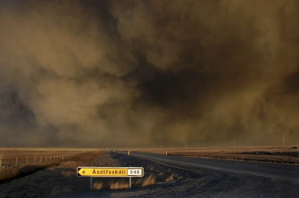 An ash cloud from the Eyjafjallajokull volcanic eruption sweeps across the countryside in southern Iceland near the village of Asolfsskali April 17, 2010. REUTERS/Thor Aegisson (ICELAND - Tags: DISASTER ENVIRONMENT)