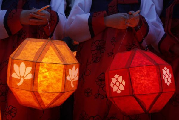 Children hold lotus lanterns during a preparation for the upcoming birthday of Buddha at the Chogye temple in Seoul May 3, 2010
