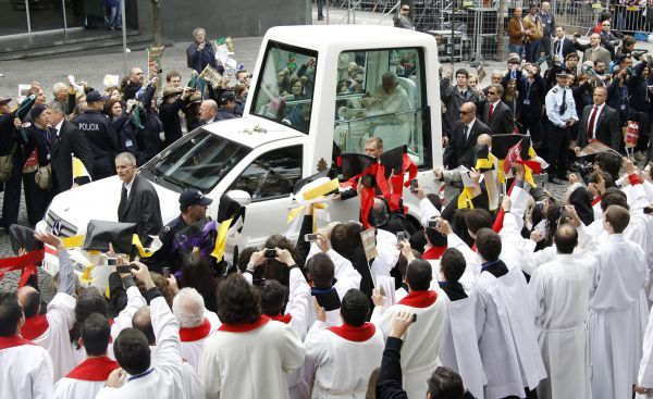 Pope Benedict XVI waves from the popemobile as he arrives to the Avenida dos Aliados square in Porto, northern Portugal, to conduct an outdoor mass May 14, 2010. The Pope is in Portugal on a four-day pastoral visit. REUTERS/Stefano Rellandini (PORTUGAL - Tags