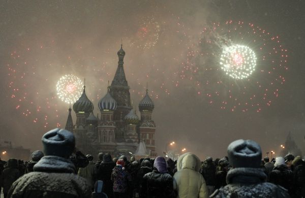 Fireworks explode over St. Basil Cathedral at Red Square during New Year's Day celebrations in Moscow January 1, 2011. REUTERS/Tatyana Makeyeva (RUSSIA - Tags: SOCIETY)