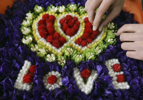 A vendor prepares a heart-shaped Valentine's Day bouquet at a flower market in Kunming, Yunnan province February 14, 2011. REUTERS/Stringer (CHINA - Tags: SOCIETY) CHINA OUT. NO COMMERCIAL OR EDITORIAL SALES IN CHINA