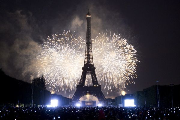 The Eiffel Tower is illuminated during the traditional Bastille Day fireworks display in Paris July 14, 2011. REUTERS/Gonzalo Fuentes (FRANCE - Tags: ANNIVERSARY SOCIETY)
