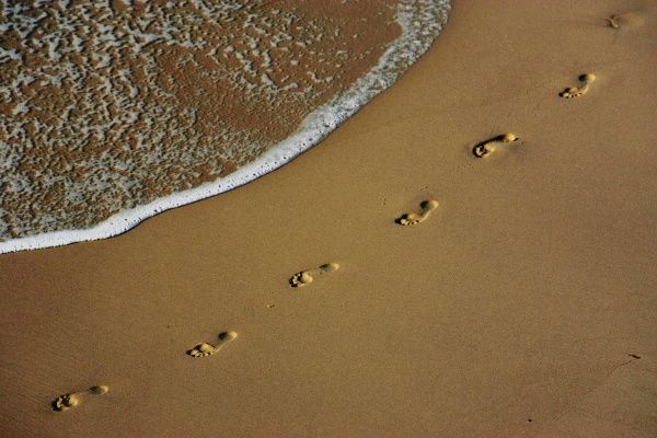 Footprints are left on the shore of Sydney's Bronte Beach in this picture taken October 26, 2004